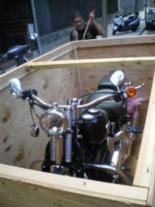 Una moto en una caja de madera