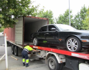 Carga de un coche en un contenedor
